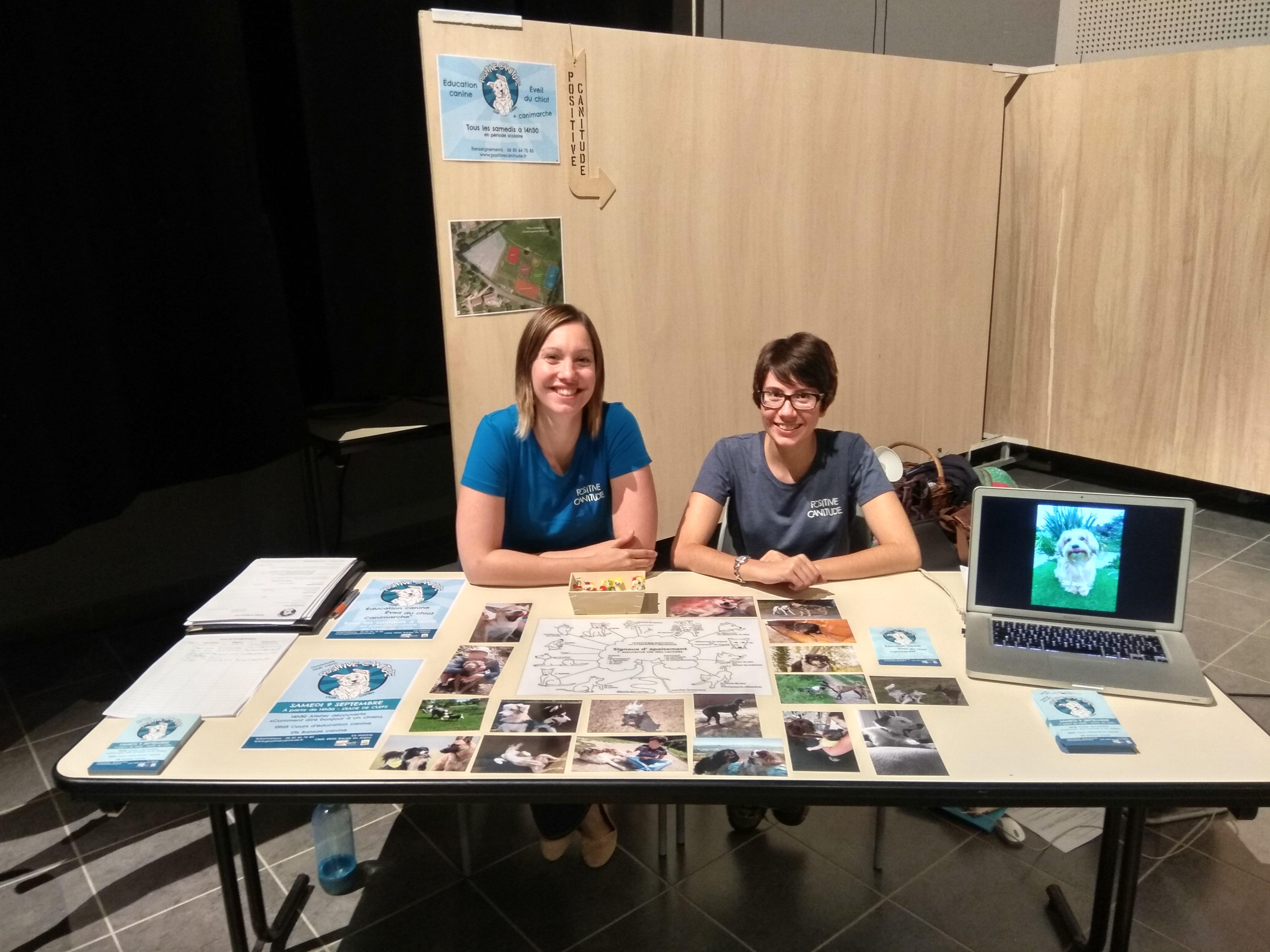 forum des associations 2017 de Baugé en Anjou avec Sarah et Séverine et le stand de Positive canitude