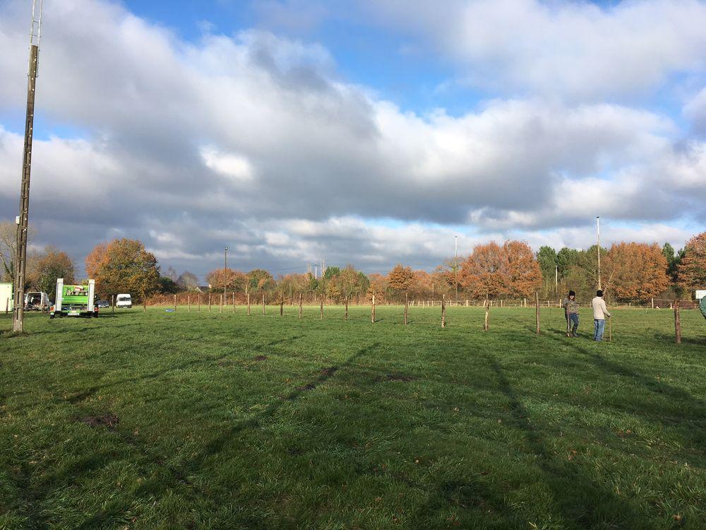 Travail sur le cours adulte pour mettre la clôture pendant la journée travaux