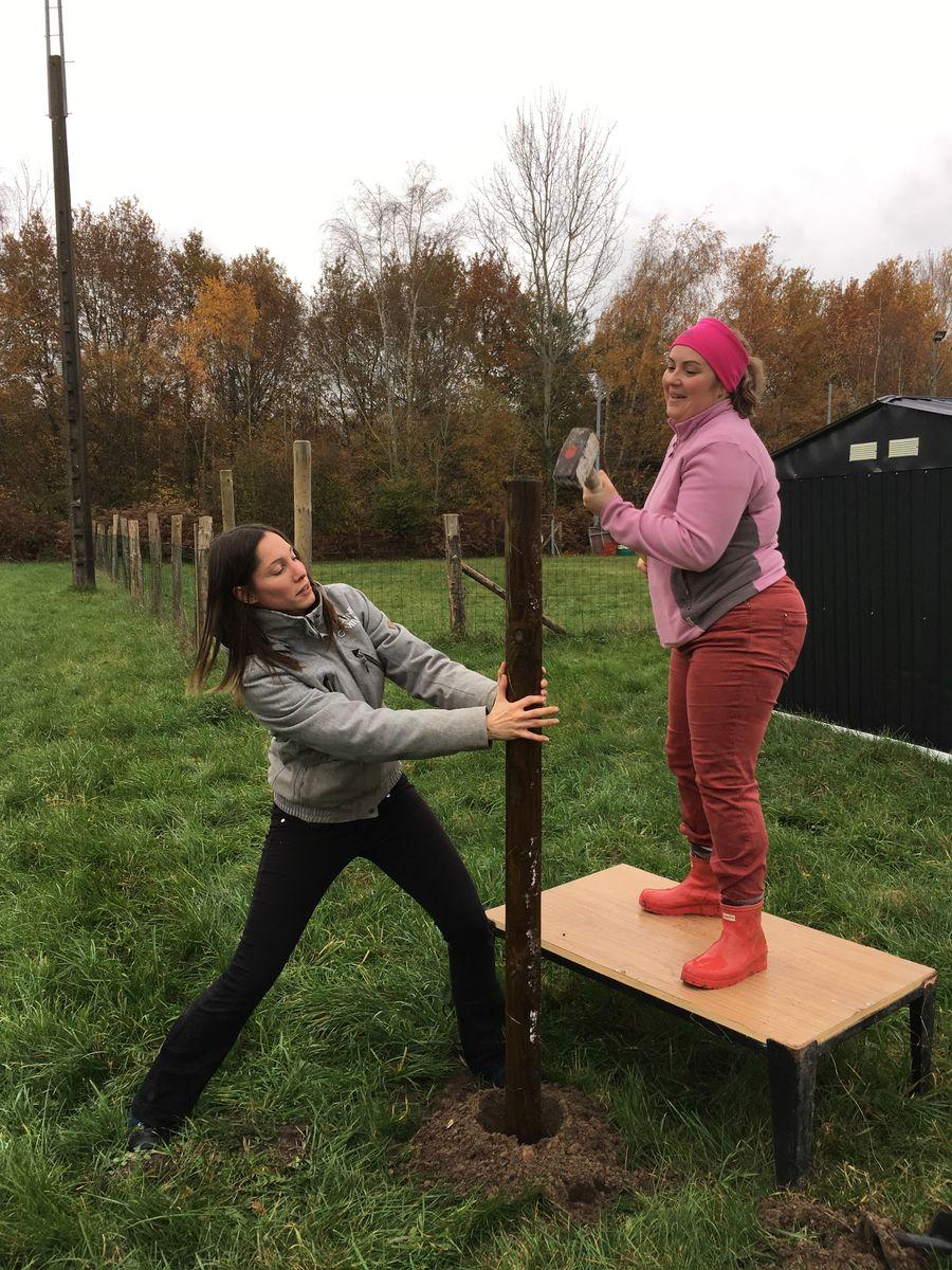 Séverine et Amandine qui plante un piquet