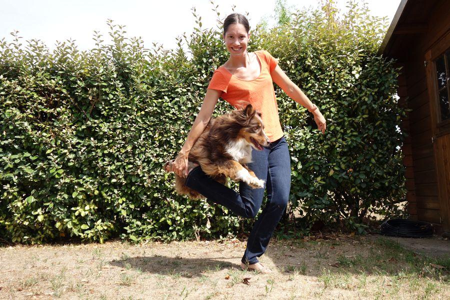 Séverine et Coffee en train de faire le saut de la danseuse en oberythmée/dog dancing